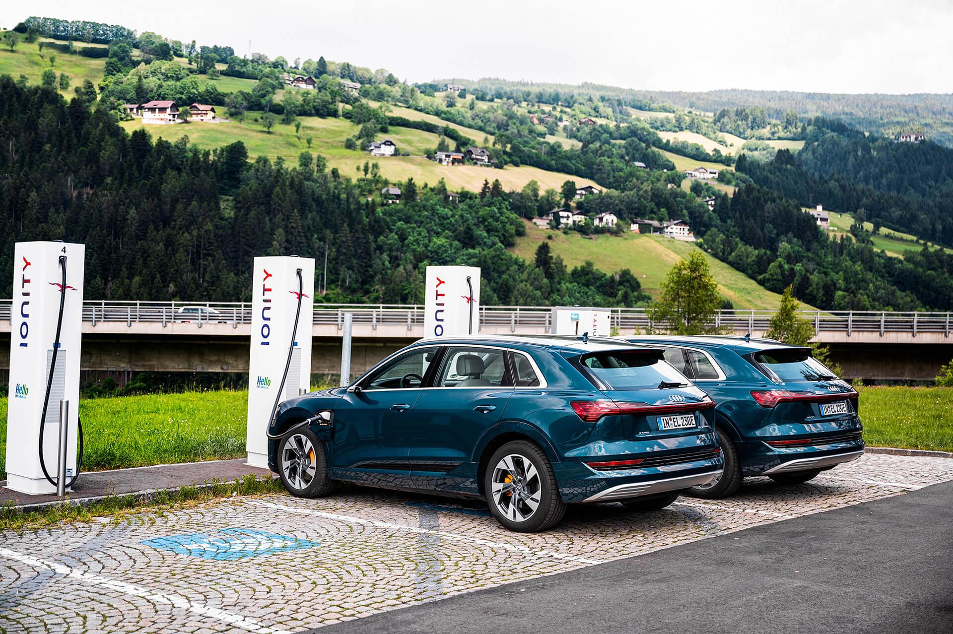 Audi e-tron σε σταθμούς φόρτισης