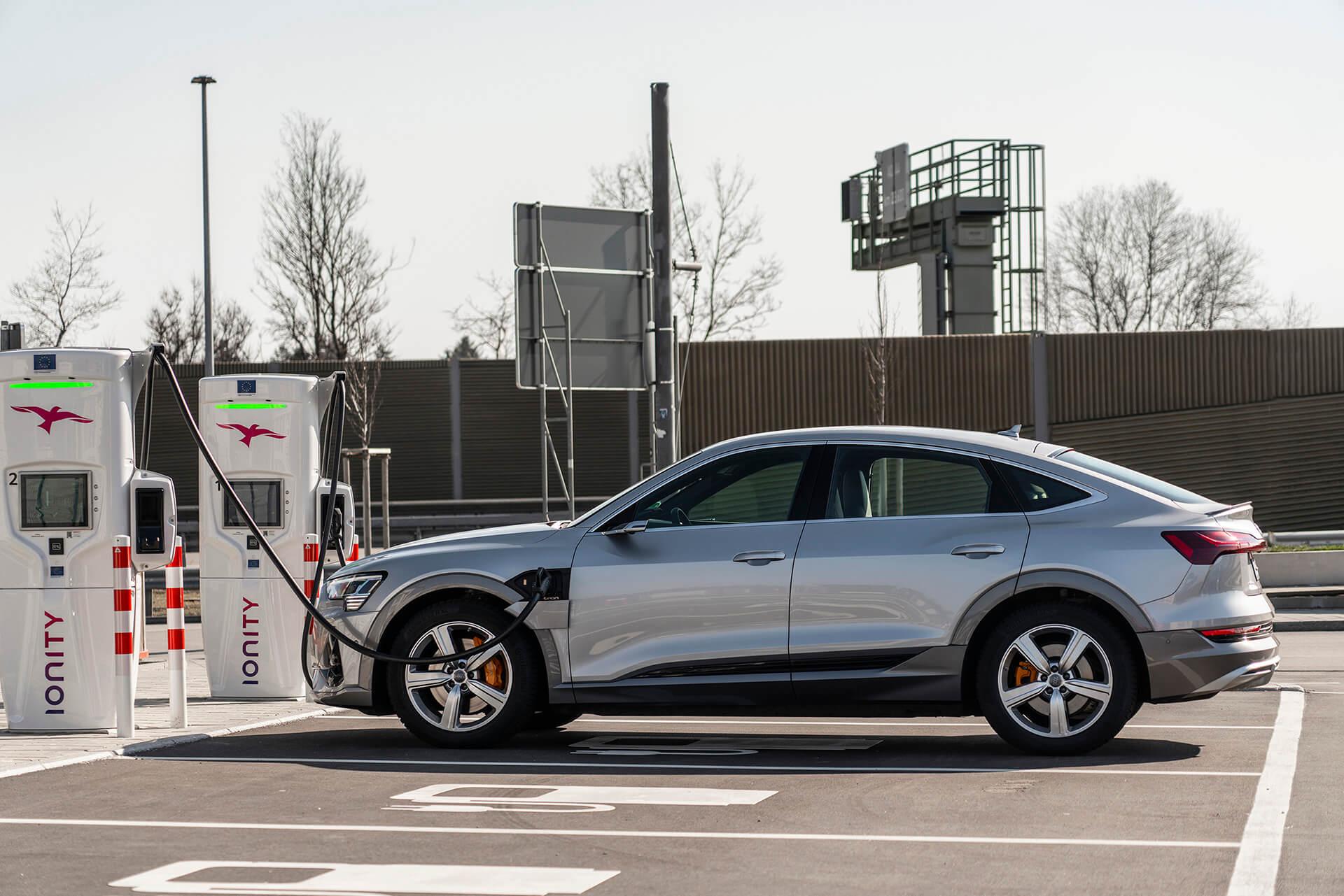 Audi e-tron σε σταθμό φόρτισης