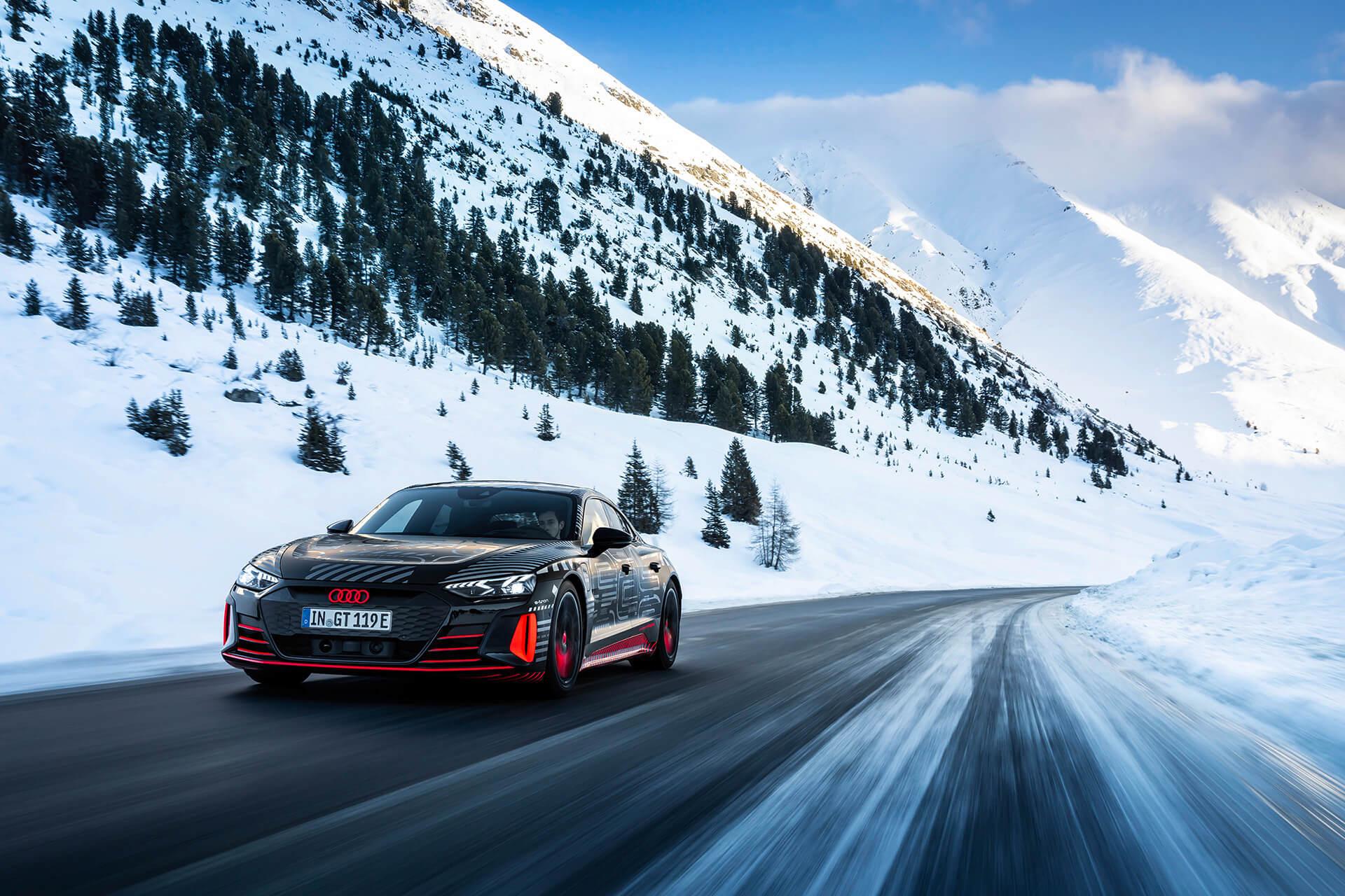 Audi e-tron GT εν κινήσει σε χιονισμένο τοπίο