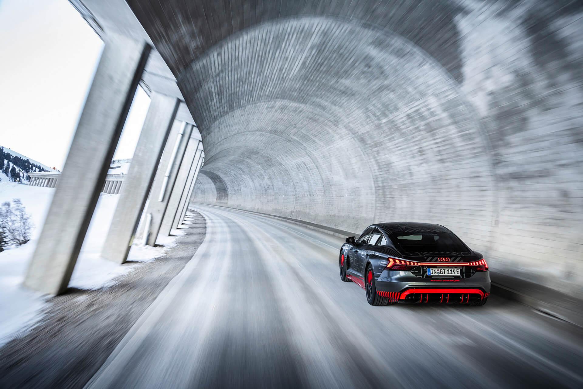 Audi e-tron GT εν κινήσει, πίσω όψη