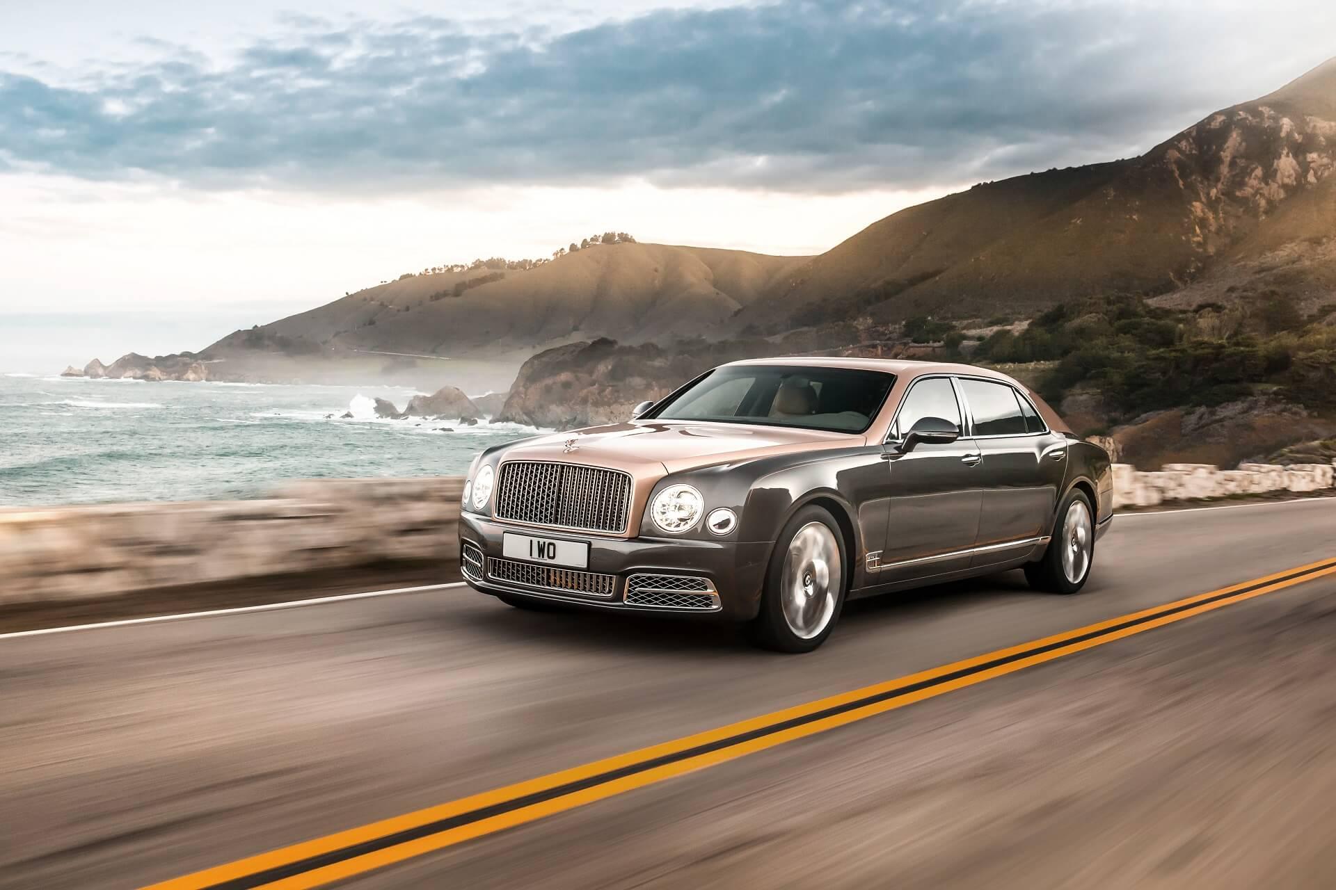 Ωραία λήψη της Bentley Mulsanne που κινείται σε όμορφο τοπίο