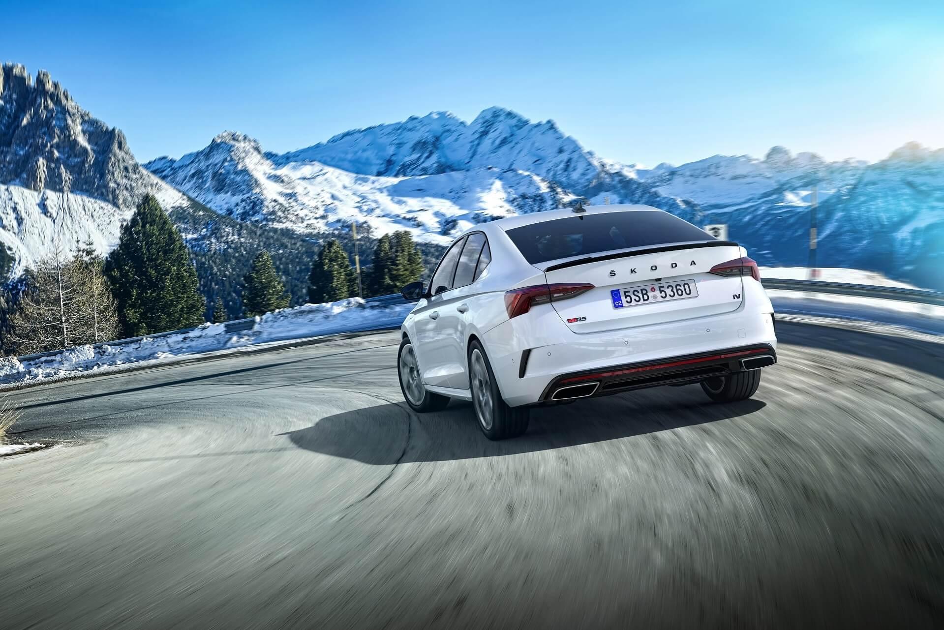 Η νέα SKODA OCTAVIA RS iV σε κίνηση - Χιονισμένο τοπίο