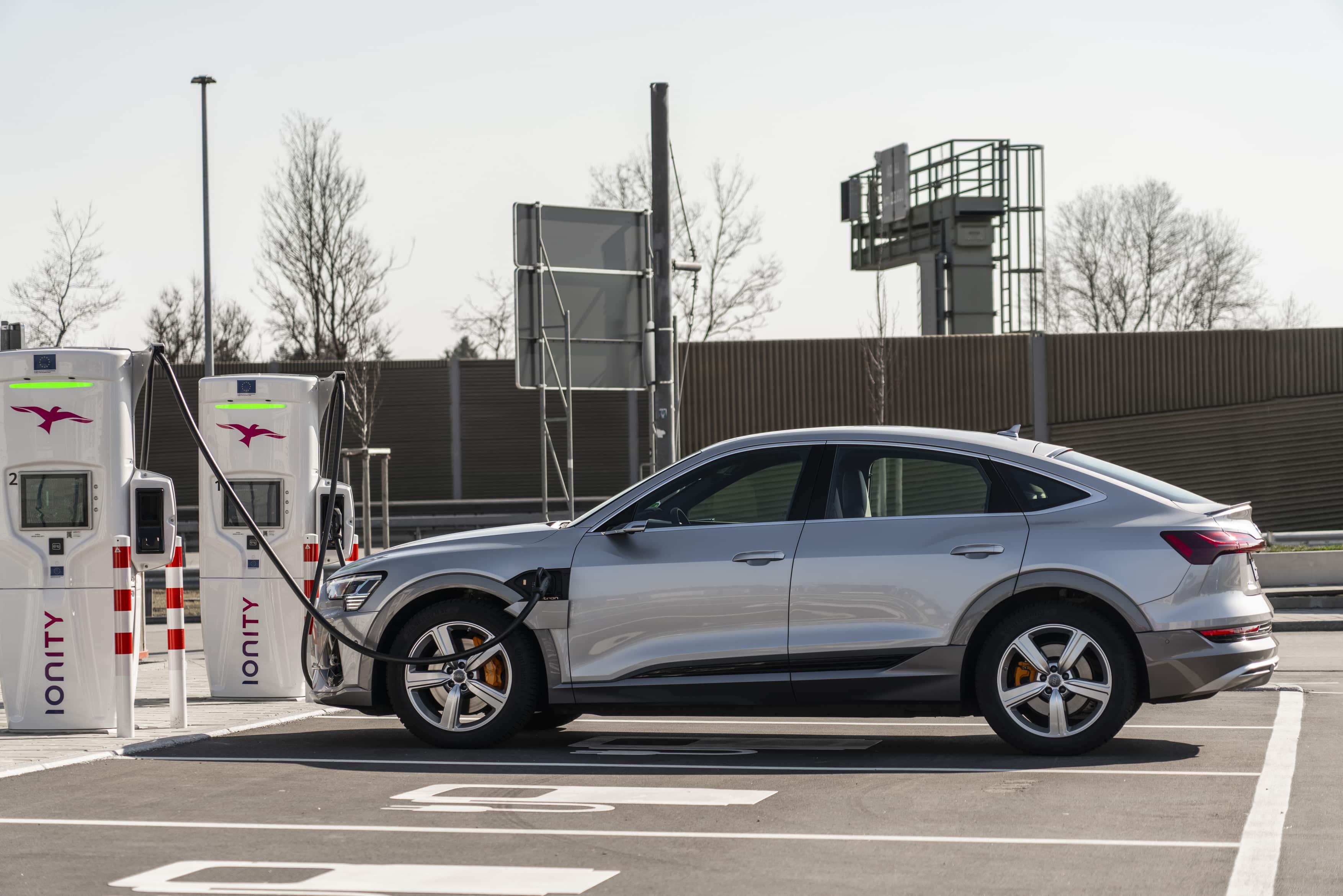 Audi e-tron σε ταχυφορτιστή