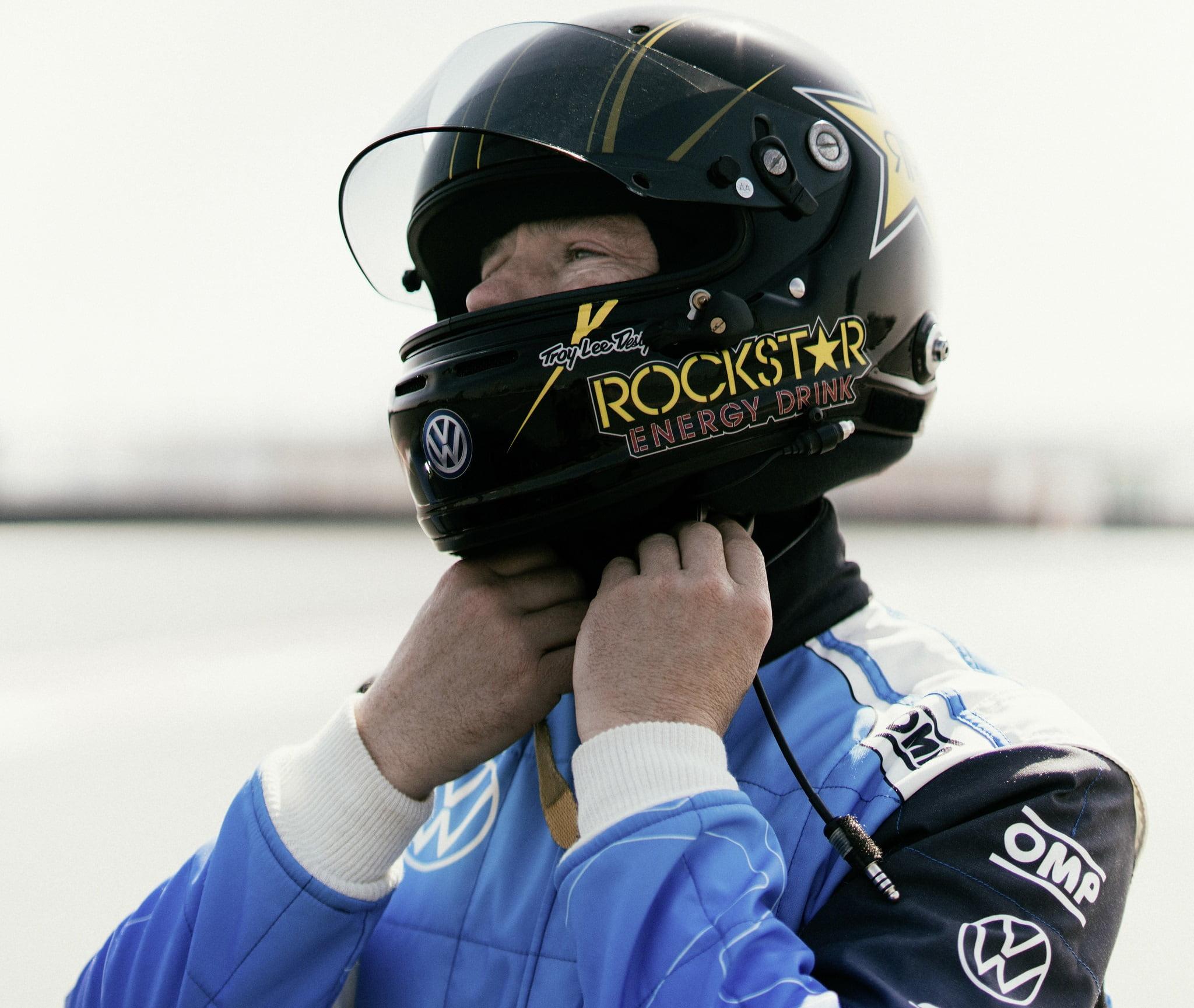 Volkswagen R - Ο Tanner Foust φοράει το κράνος