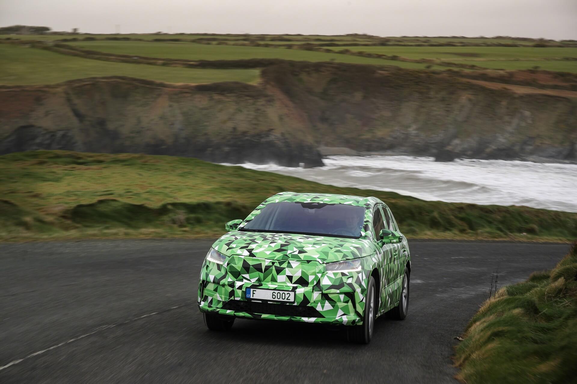 SKODA ENYAQ iV σε τοπίο στην Ιρλανδία - Λήψη σε κίνηση