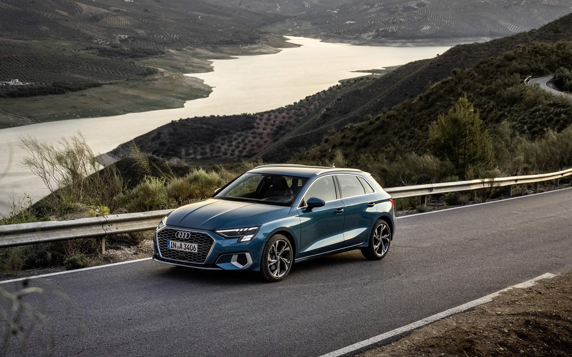 Νέο Audi A3 Sportback φωτογραφημένο εν κινήσει σε ωραίο τοπίο