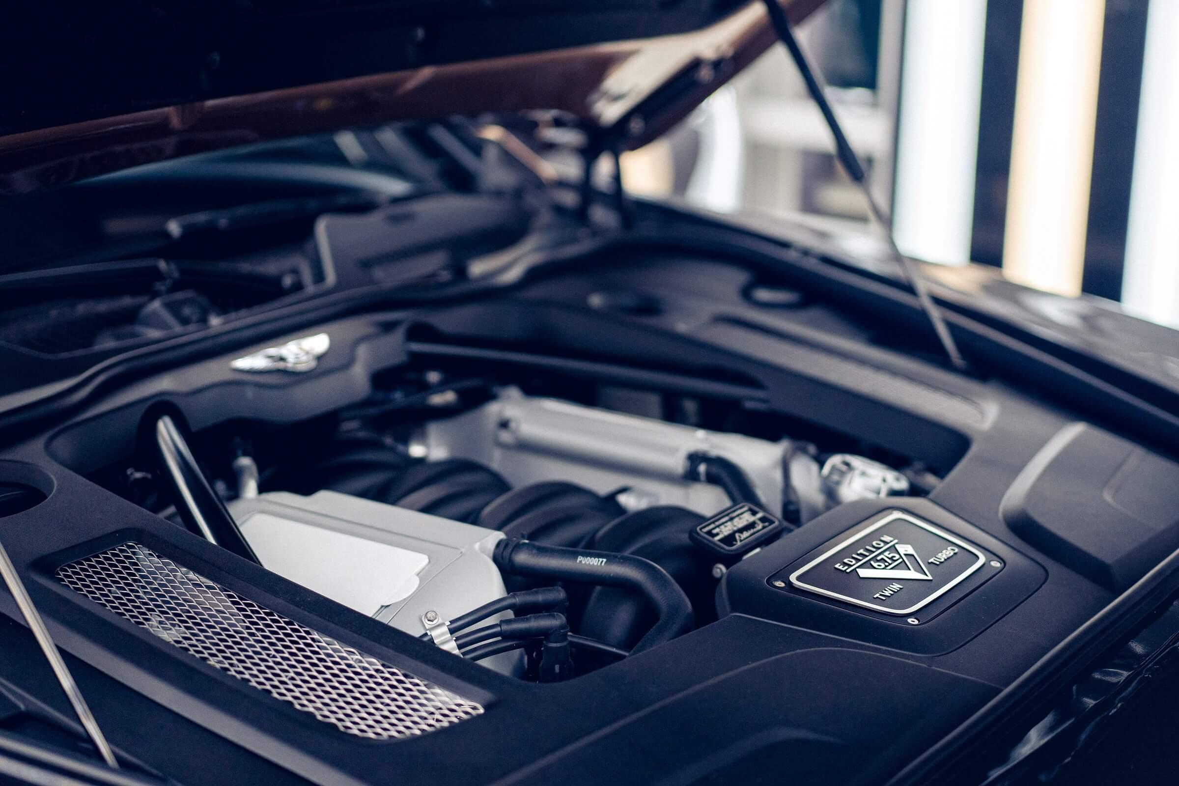Bentley Mulsanne - Λεπτομέρεια κινητήρα με τον σειριακό αριθμό παραδοσιακά υπογεγραμμένο από τον τεχνίτη που τον δημιούργησε