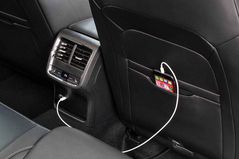 Η νέα SKODA OCTAVIA - Τσέπες αποθήκευσης smartphone στις πλάτες των εμπρός καθισμάτων